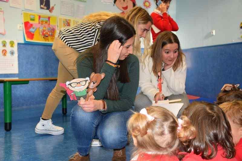 Alumnas de Educación Infantil poniendo en práctica actividades en Kids Garden